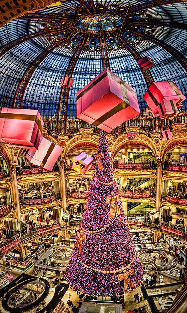Christmas Tree in Galeries Lafayette - Paris